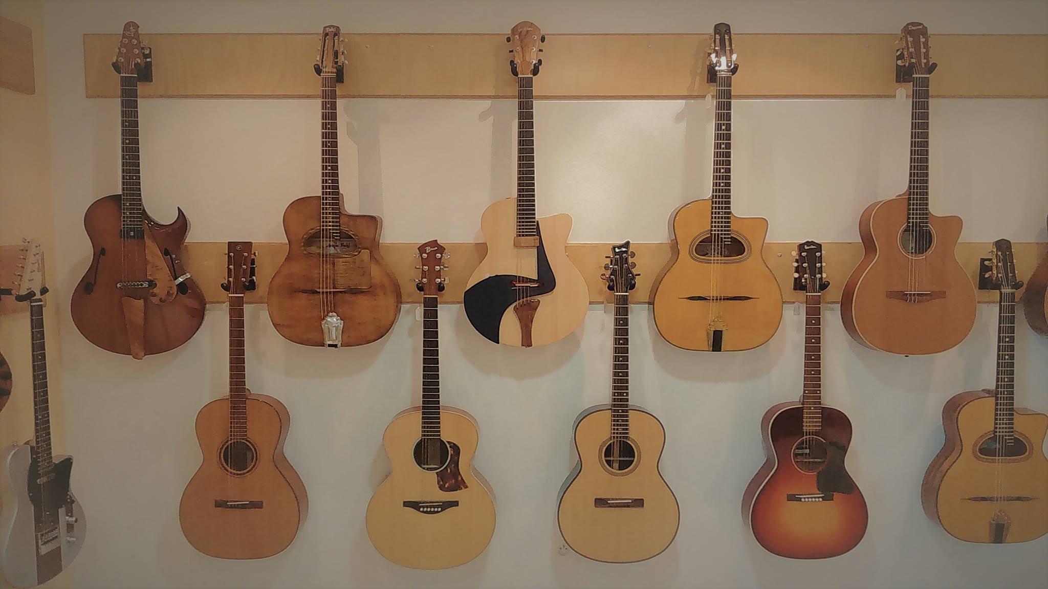 Showroom Guitares d'en France - guitares et basses de luthiers